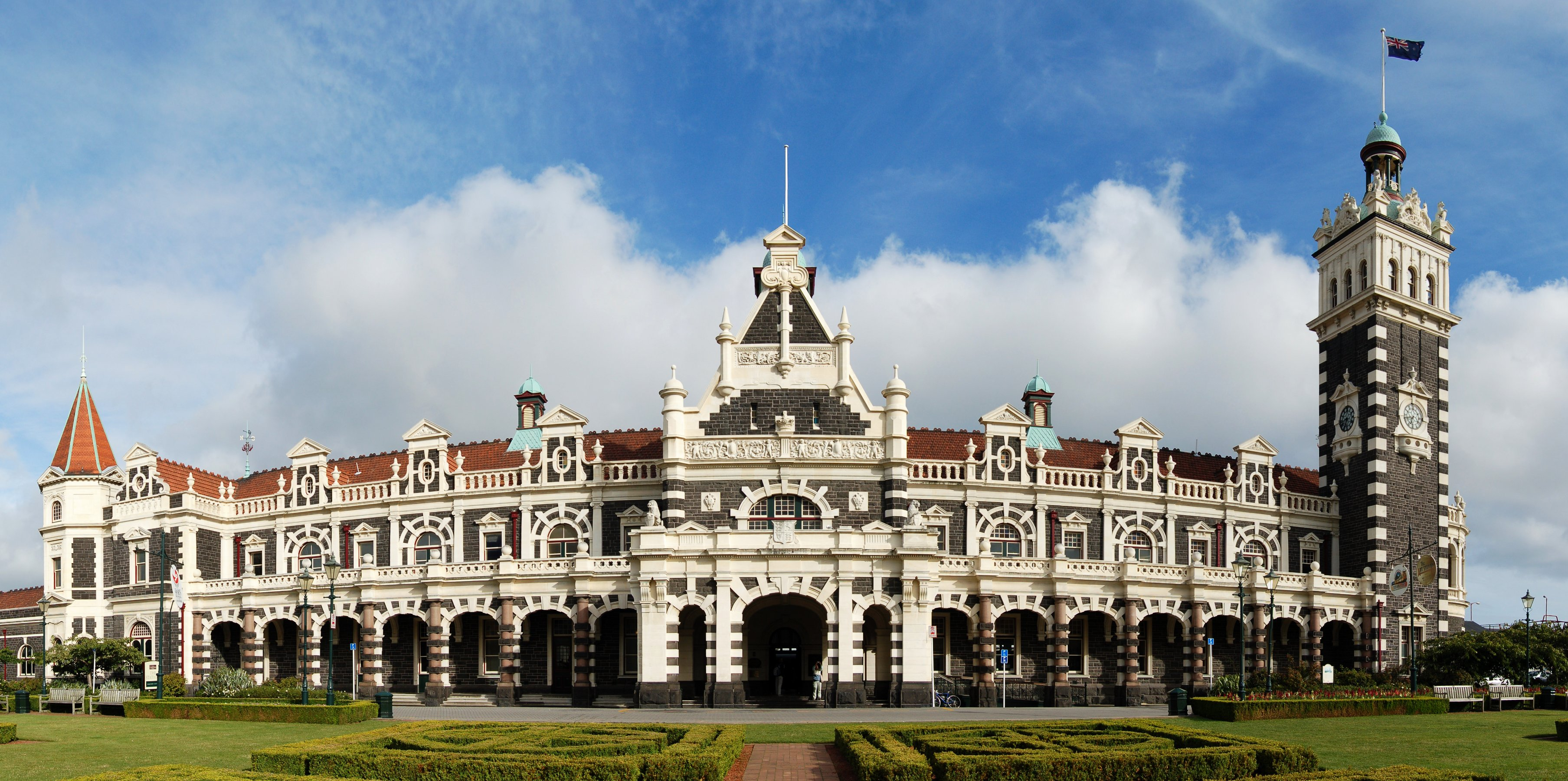 Dunedin_Railway_Station_Full_Exterior